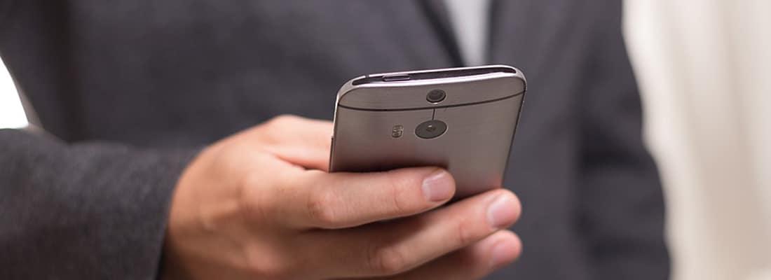 Professionnel utilisant un smartphone