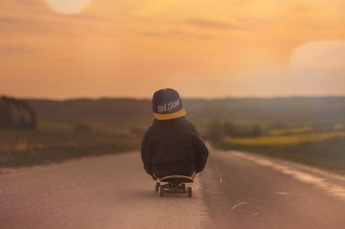 Enfant sur un skateboard