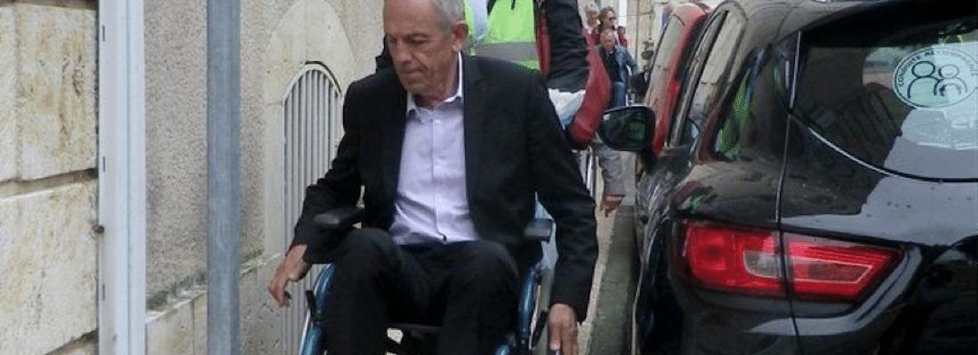 Maire teste accessibilité fauteuil